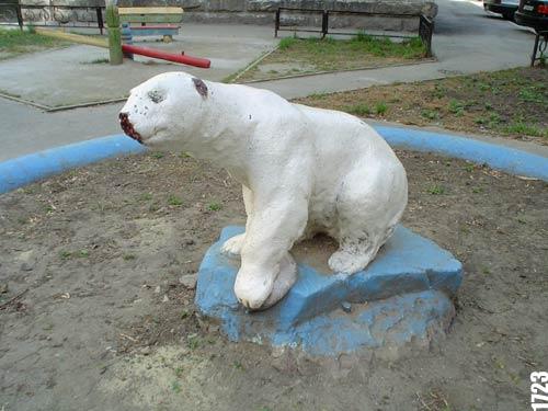 "Белый медведь  ""Мёрзнет "" во дворе дома по ул.Малышева, 17."