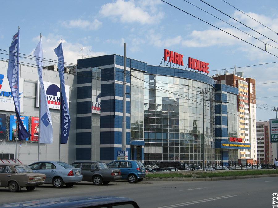 """Десятки пожарных машин минувшей ночью съехались к торговому центру  """"Парк Хаус """" в Самаре, сообщает samaratoday.ru."""
