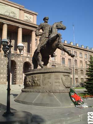 Памятник в екатеринбурге около вокзала заказать памятник от производителя